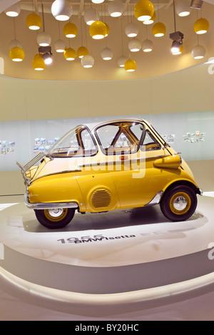 La germania,la Baviera,Monaco di Baviera,museo BMW 1955 BMW Isetta sul display Foto Stock