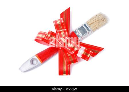 Pennello con rosso striato goldish archetto come un dono per il pittore isolato su sfondo bianco Foto Stock