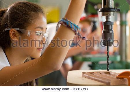 Serio studente mediante foratura nella scuola professionale Foto Stock