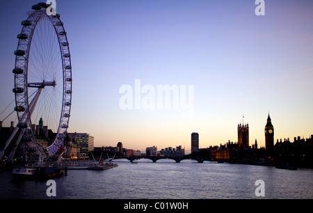 Il London Eye, il Big Ben e il parlamento al crepuscolo Foto Stock
