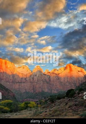 Tempio e torri della Vergine. Parco Nazionale di Zion, Utah. Un cielo è stato aggiunto. Foto Stock