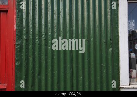 Verticale di fogli di cartone ondulato in ferro verniciato con vernice verde Foto Stock