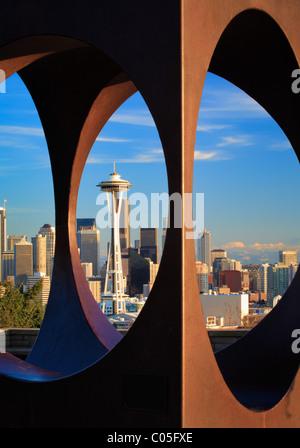 Seattle come visto attraverso la scultura astratta in Kerry Park Foto Stock