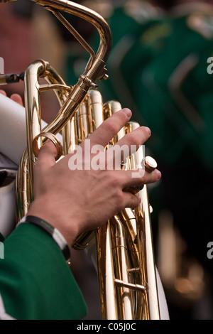 In prossimità di un lato maschio la riproduzione della tuba in una marching band. Profondità di campo. Foto Stock