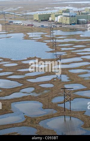 Vista aerea di trasmissione elettrica e linee su tundra portando ad un olio struttura di sviluppo in Prudhoe Bay, Foto Stock