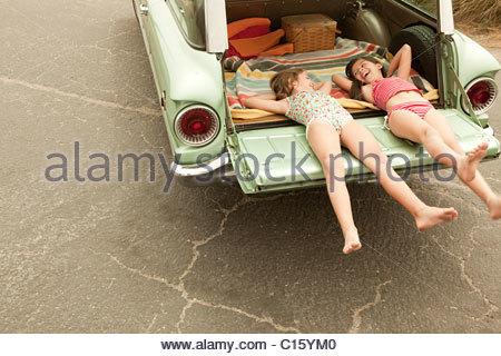 Due ragazze che giace nella station wagon Foto Stock
