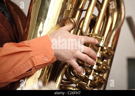 Musicista che gioca sul basso tuba. Foto Stock