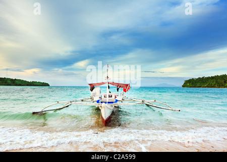 Tradizionale barca filippina nella laguna tropicale Foto Stock