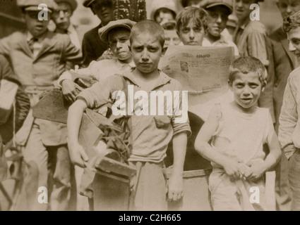 Bootblacks in ed intorno a City Hall Park di New York City - Luglio 25, 1924 Foto Stock