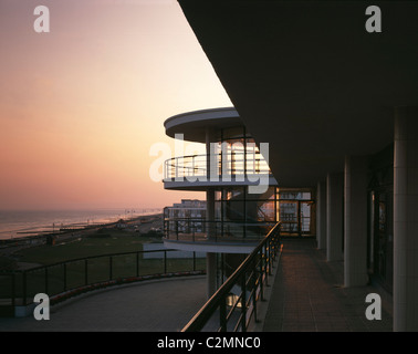 De La Warr Pavilion, Bexhill-on-Sea, Sussex, 1934. Restaurato da Troughton McAslan, 1993. Esterno al tramonto. Foto Stock