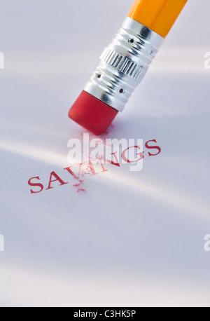 Studio shot di matita cancellare la parola risparmio dal pezzo di carta Foto Stock