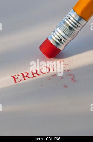 Studio shot di matita di cancellare la parola gli errori dal pezzo di carta Foto Stock