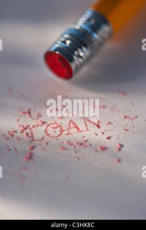 Studio shot di matita di cancellare la parola prestito dal pezzo di carta Foto Stock