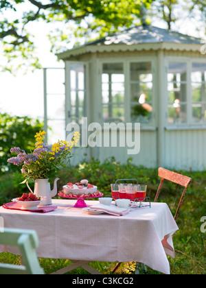 Impostazione posto sul tavolo in giardino Foto Stock