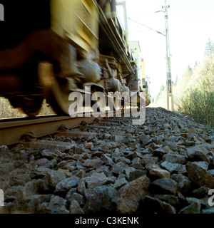 Treno sul binario ferroviario, close-up di ruote Foto Stock
