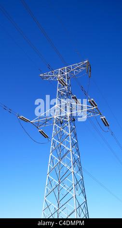 Alta tensione delle linee di trasmissione contro il cielo blu Foto Stock