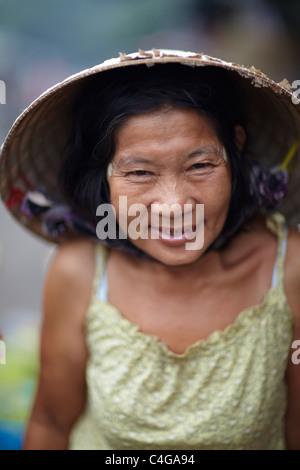 Una donna nel mercato di My Tho, Delta del Mekong, Vietnam Foto Stock