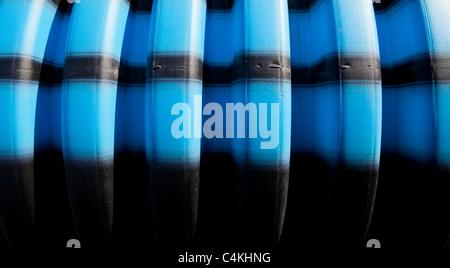 Blu e nero a strisce su acqua scanalato sulla superficie del tubo Foto Stock