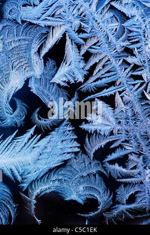 Close-up di cristalli di ghiaccio su sfondo nero Foto Stock