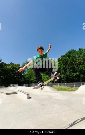 Germania, Duesseldorf, giovane compiendo acrobazie con lo skateboard in skatepark Foto Stock