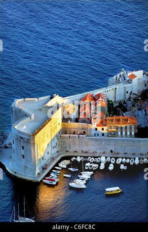 Dubrovnik, Croazia,mura,porto,centro storico,a tarda sera Foto Stock