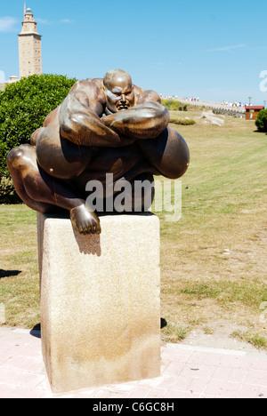 La scultura vicino alla Torre di Hercules in La Coruna - Spagna La struttura è un antico faro romano e 55 metri Foto Stock