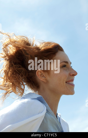 Donna sorridente all'aperto, profilo Foto Stock