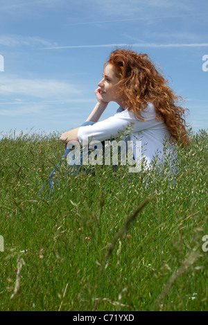 Donna fantasticando in Prato Foto Stock