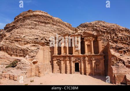 Il monastero, scolpito nella roccia, di Petra, Giordania Foto Stock