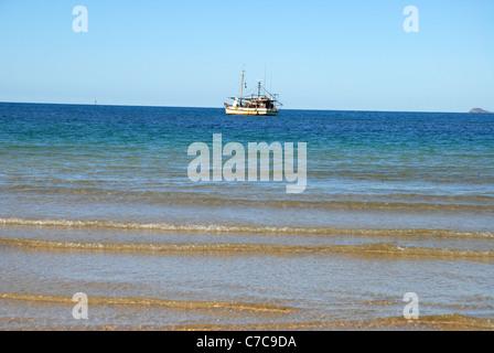 Barca da pesca ancorate al di fuori di una barriera corallina, firenze bay, Magnetic Island, Queensland, Australia Foto Stock