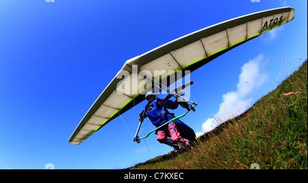 L'uomo prendendo il largo sul deltaplano Foto Stock