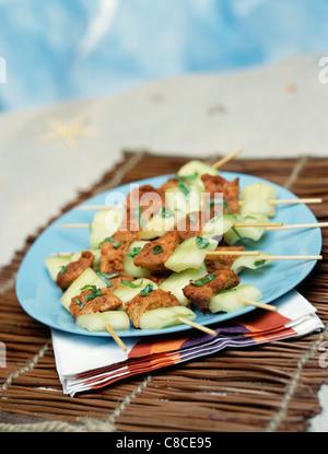 Marinata di pollo tandoori e cetriolo brochettes Foto Stock