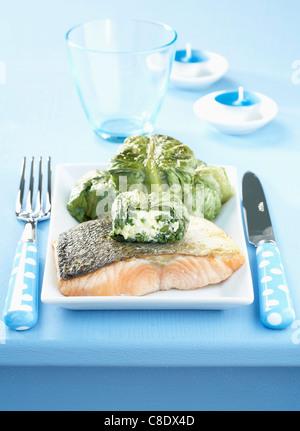 In padella il salmone e le lattughe ripiene con fresco formaggio di capra Foto Stock