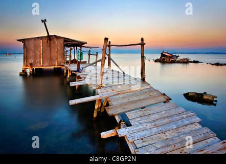 Stilt hut nel Delta di Axios (conosciuto anche come 'Vardaris') river, Salonicco, Macedonia, Grecia Foto Stock