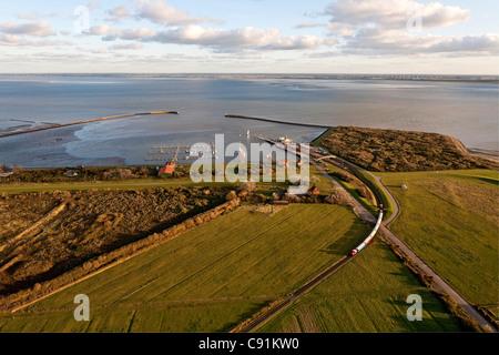 Vista aerea dell'Est isola Frisone Langeoog ferry e isola ferroviaria Langeoog, Bassa Sassonia, Germania settentrionale Foto Stock