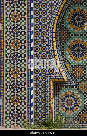 Zellige tileworks coperto una fontana accanto al Mausoleo di Moulay Ismail a Meknes, Marocco. Foto Stock