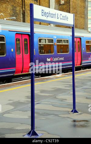 Elephant and Castle stazione ferroviaria piattaforma e prima capitale collegare treni passeggeri incorniciato dalla Foto Stock