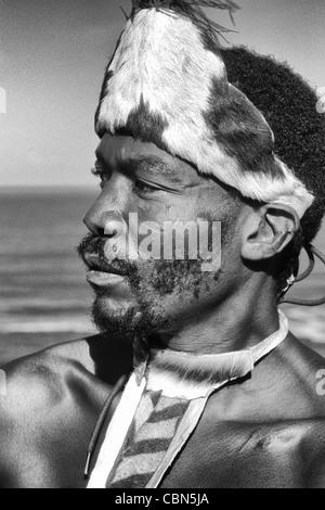 Pondo nativo guerriero tribale in abito nativo vicino al deserto Sud Africa Foto Stock