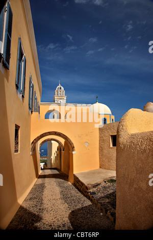 Un bellissimo vicolo che conduce alla chiesa cattolica nel villaggio di Fira, Santorini, Cicladi Grecia Foto Stock