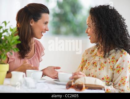 Stati Uniti d'America, New Jersey, Jersey City, due donne che chiacchierano al cafe tabella Foto Stock