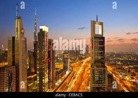 Dubai, ufficio torreggianti e torri appartamento lungo la Sheikh Zayed Road Foto Stock