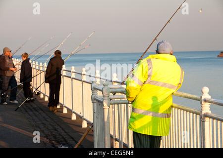 Pescatore pesca in mare a Wearmouth a Sunderland, UK. Foto Stock