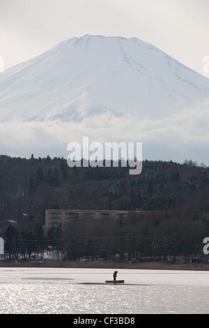 Il monte Fuji visto da di fronte lago Yamanaka, in Giappone. Foto Stock