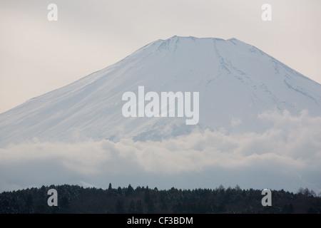 Il monte Fuji, visto dal lago Yamanaka, in Giappone, martedì 28 febbraio 2012. Foto Stock