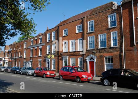 Auto parcheggiate fuori una fila di case Georgiane in East Hill, Colchester. Foto Stock