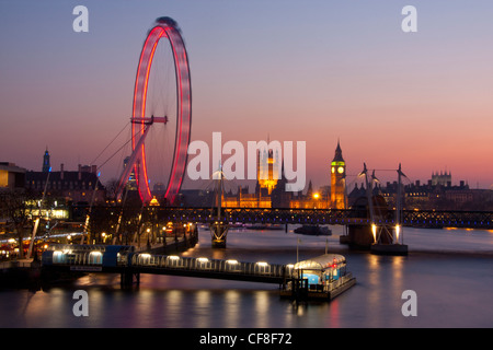 Big Ben Clock Tower di Case del Parlamento e Millennium Wheel o il London Eye al crepuscolo Londra Inghilterra REGNO Foto Stock