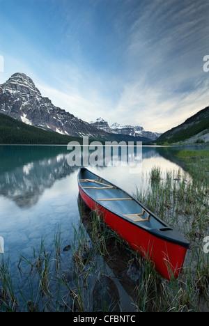 La canoa e il Monte Chephren, inferiore Waterfowl Lake, il Parco Nazionale di Banff, Alberta, Canada Foto Stock