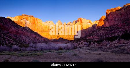Prime luci dell alba ad ovest del tempio e le torri della Vergine, Zion National Park nello Utah Stati Uniti d'America Foto Stock
