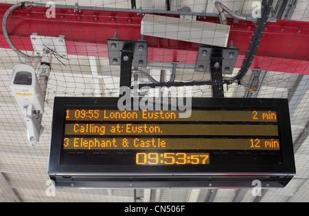 Destinazione e tempi di percorrenza dei treni per London stazione ferroviaria piattaforma calendario elettronico Foto Stock