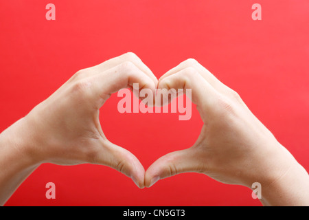 Mani creando un cuore Foto Stock